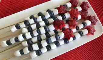 Cómo hacer brochetas o pinchos de frutas para celebrar el 4 de julio