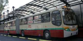 En pesero y metrobus en el df