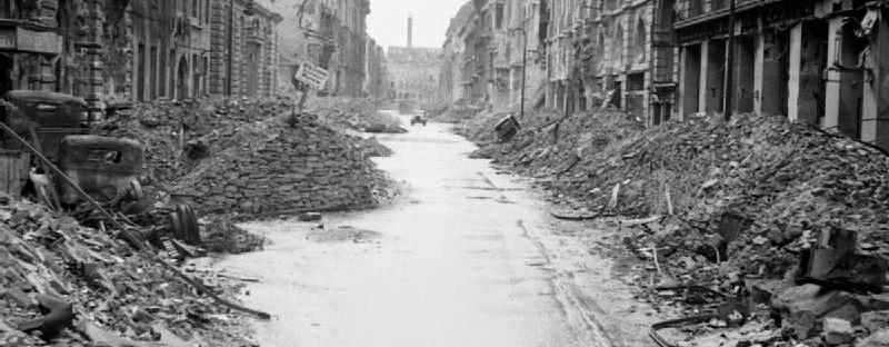Photo en noir et blanc d'une rue de Berlin en ruines après la seconde guerre mondiale