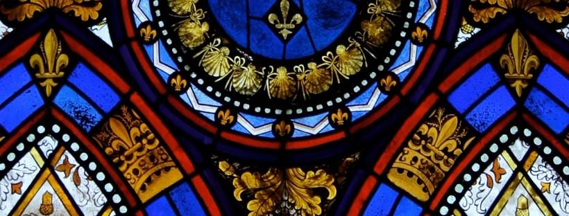 Gros plan sur un vitrail médiéval coloré avec des fleurs de lys
