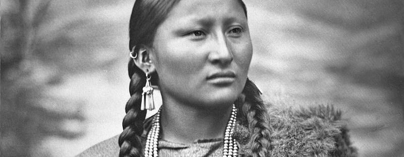 photo portrait en noir et blanc d'une jeune femme indienne en costume traditionnel
