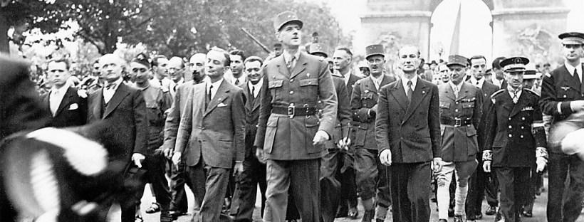 photo du général de Gaulle marchant sur les Champs Elysées à Paris en 1945 au moment de la libération