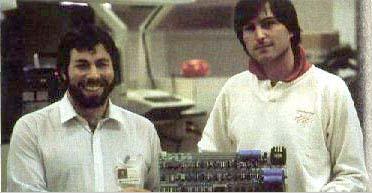 Steve Jobs e Steve Woznjak con la Scheda Madre di un Apple 1 -  MacIntosh ancora deve arrivare
