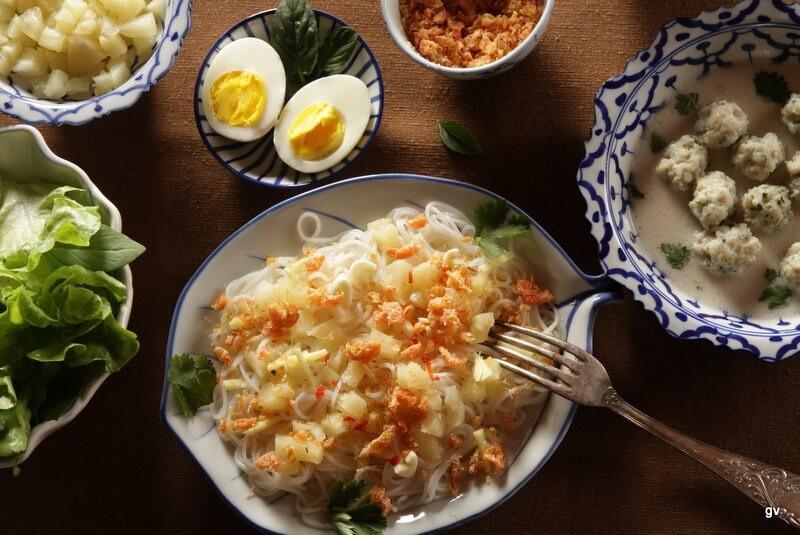 Kanom jeen à l'ananas et crevettes séchées