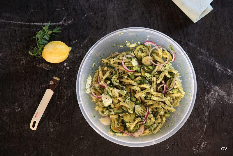 Salade de pâtes aux courgettes frites, edamame et mozzarella