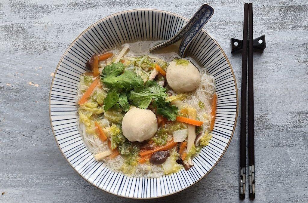 Rou gēng, soupe épaisse aux nouilles de riz et boulettes