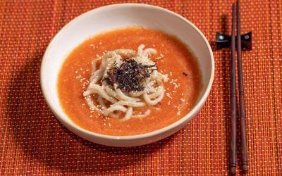 Soupe froide de tomates et nouilles udon