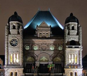 Quee's Park, siège du gouvernement provincial de l'Ontario.  Crédits : Grant MacDonald (Flickr)