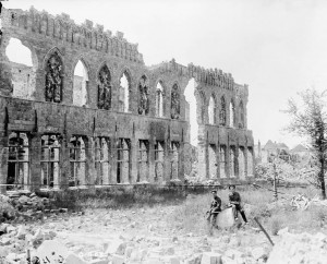 The Cloth hall, Ypres, July 1916. Crédit : Canada Dept. of National Defence/Library and Archives Canada, PA-000330.