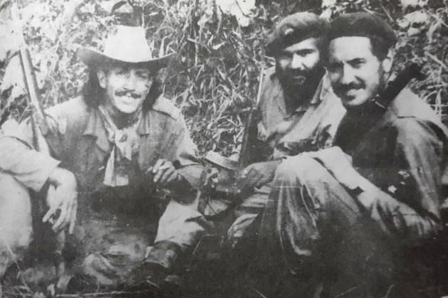 Photographie de Camilo Torres accompagné de Fabio Vázquez et de Victor Medina Morón, dans la revue OCLAE, no 2, 1967, p. 5.