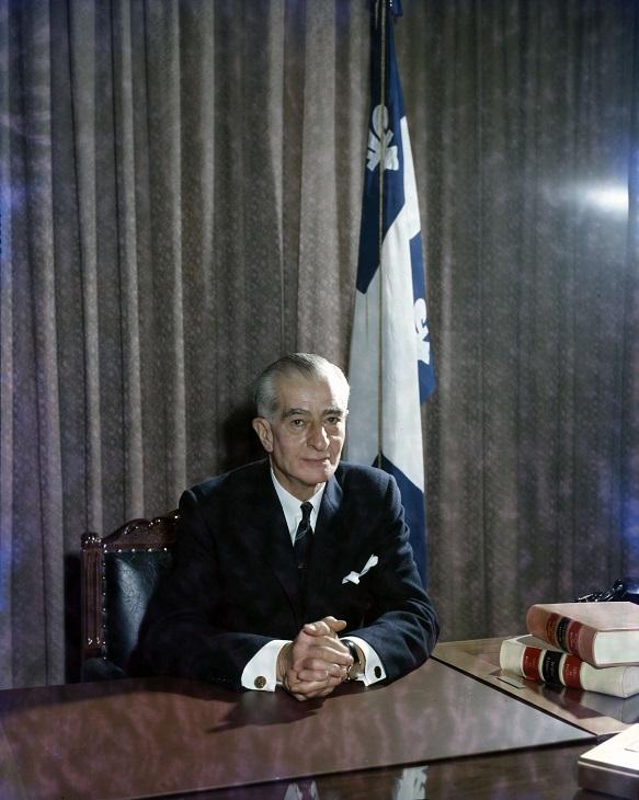 Portrait d'Antonio Barrette, premier ministre du Québec de janvier à juin 1960, réalisé par le photographe Armour Landry vers 1960. Source : BAnQ Vieux-Montréal, Fonds Armour Landry, Photograhpies, cote : P97,S1,D7731-7732.