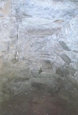 Cabane Capela, niche aménagée pour le casse croûte. Plafond remarquable.