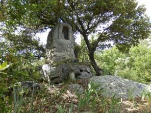 Roquevert : Sur l'ancienne route de Sournia à Ansignan et chemin de Prats à Trévillach. Emplacement présumé du château des Saicha, une famille probablement pro - cathare, elle émigra en ce temps là en Aragon à Fuilla ou à Paracolls.
