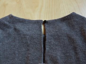 Het gesloten split in de bovenrug van het achterpand.