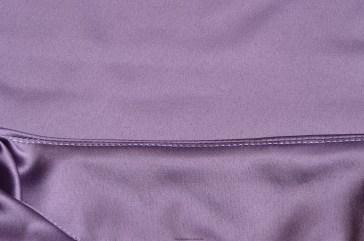 Het halsbeleg wordt doorgestikt op 1 à 2 mm van de halsnaad.