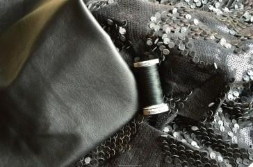 Stof met imitatieledere sequins, zwart imitatieleer en stevig polyester naaigaren.