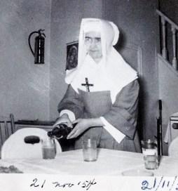 Sr Marthe-Marcelle qui servait le repas à la cérémonie des coiffes