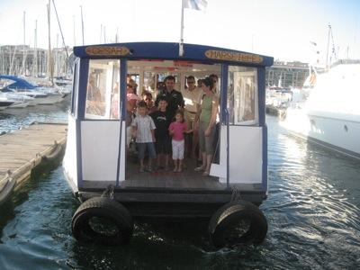 Le Feri Boite traversant le vieux port