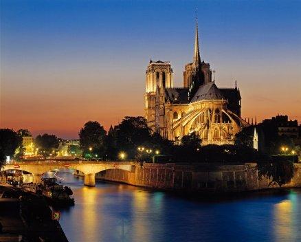 La catedral de París, iniciada por el arzobispo Mauricio de Sully en 1163, podía albergar a 9.000 personas, casi toda la población de la ciudad.