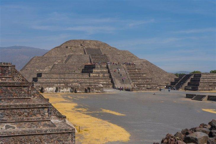 Pirámide de la Luna en Teotihuacán, bajo cuya estructura los arqueólogos han confirmado la existencia de una cavidad y algunos túneles.