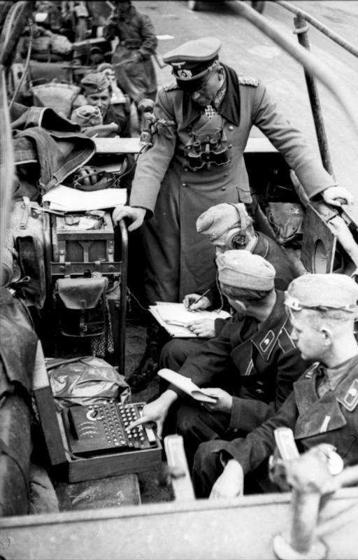 Inventada por Arthur Scherbius antes de la guerra, los alemanes usaban la máquina Enigma para codificar los mensajes que se enviaban durante la Segunda Guerra Mundial. En la imagen se puede ver como unos soldados preparan el envío de una información en un vehículo blindado bajo la supervisión del general Heinz Guderian.