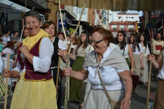 Veciñas de Vimianzo vestidas con traxes medievais na festa irmandiña do Asalto ao Castelo / asaltaaocastelo.org