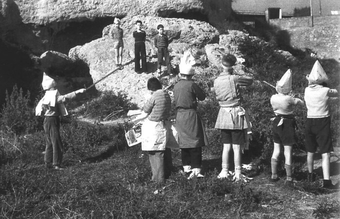 Nenos xogando a fusilar republicanos durante a Guerra Civil / Agustí Centelles