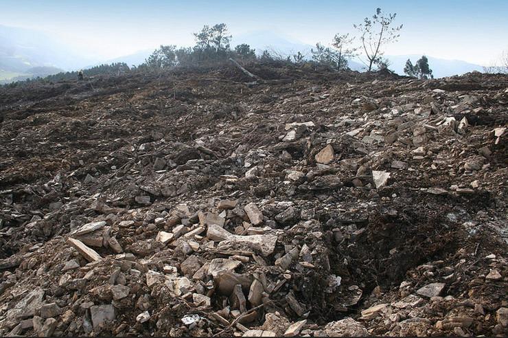 O castro do castelo de monte, en Mondoñezo, desfeito por unha plantación de eucaliptos / Mariña Patrimonio