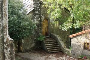 Un dos edificios restaurados de San Xusto de Toxosoutos / Íñigo Mouzo
