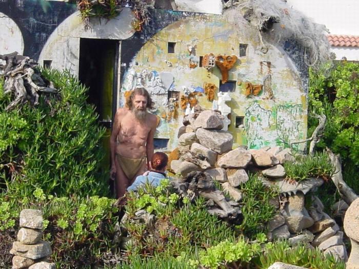 Man diante da súa casa, en Camelle / caminodosfaros.com