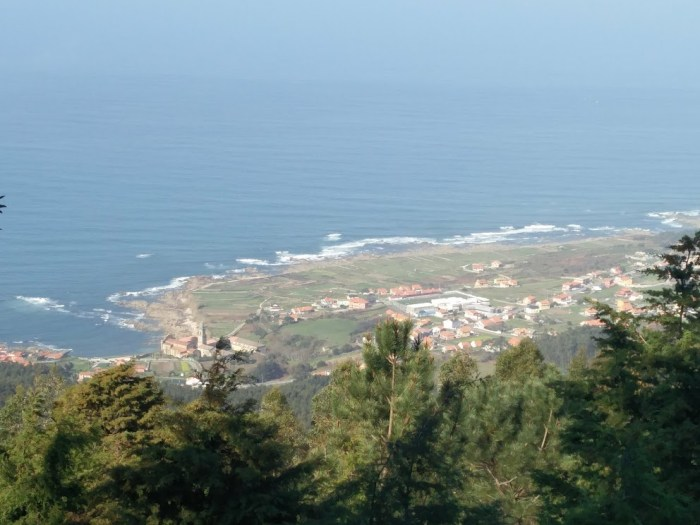 Vistas do Mosterio de Oia desde as estribacións da Serra da Groba / X.S.