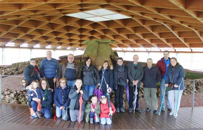 Visita ao dolmen de Dombate de propietarios de parcelas nas que se atopan monumentos megalíticos para coñecer a súa importancia e como protexelos / QPC