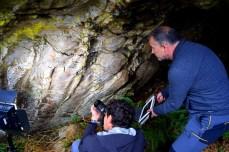 Manuel Miranda alumea a pintura rupestre aparecida nunha cova en Baleira / Mariña Patrimonio