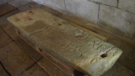 O final feliz da lápida dun abade do século XIII que acabou nun cortello