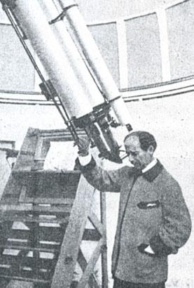 Martín Gil observando por su telescopio