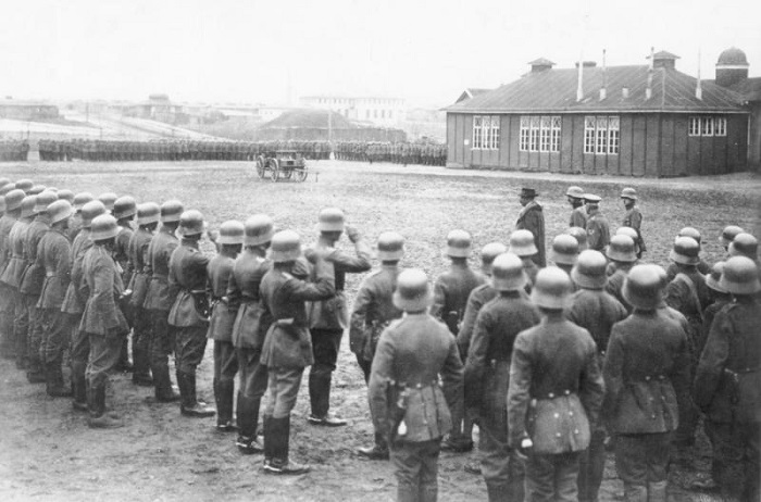 Gustav Noske pasando revista a una tropa de Freikorps en Berlín