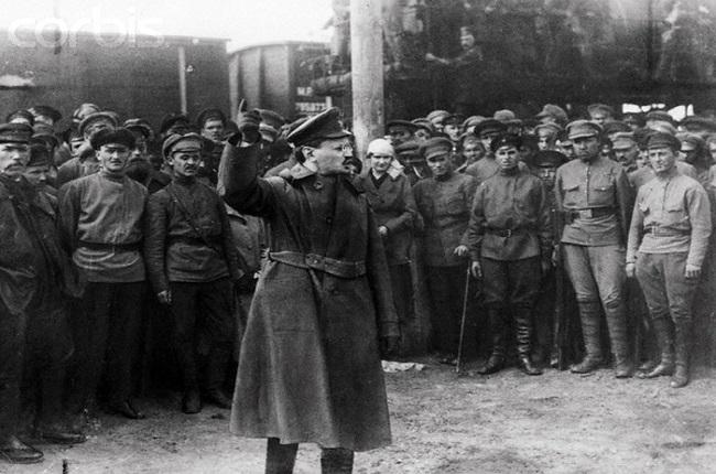 Trotski dando un discurso ante la guardia roja