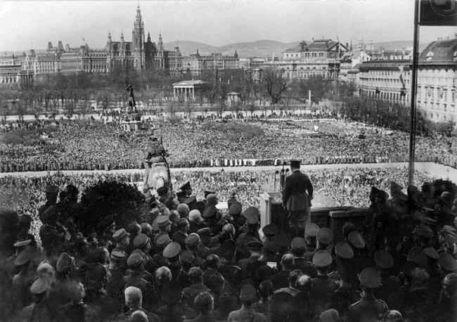 Hitler pronuncia un discurso el 15 de marzo de 1938 desde el balcón del Palacio Imperial de Hofburg en Viena, Austria.