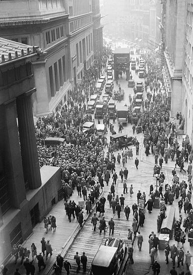 La gente en Wall Street durante el crack de la bolsa de nueva york en 1929, una de las causas de la segunda guerra mundial