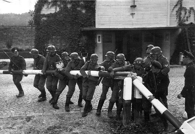 Soldados alemanes atravesando la frontera de Polonia para dar inicio a la invasión del país el 1 de septiembre de 1939