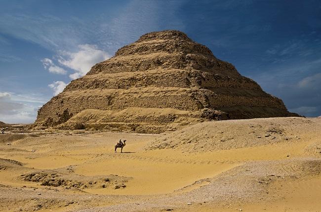 Pirámide escalonada de Djoser en su complejo funerario de Saqqara, construida por Imhotep