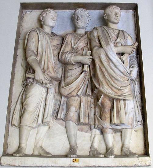 Relieve romano de mediados del siglo III en el que aparecen tres miembros del Senado romano