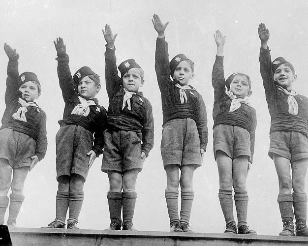 Niños italianos realizando el saludo fascista en diciembre de 1934