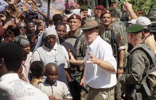 Foto del rodaje en la que se ve al director de la película Hotel Rwanda, Terry George