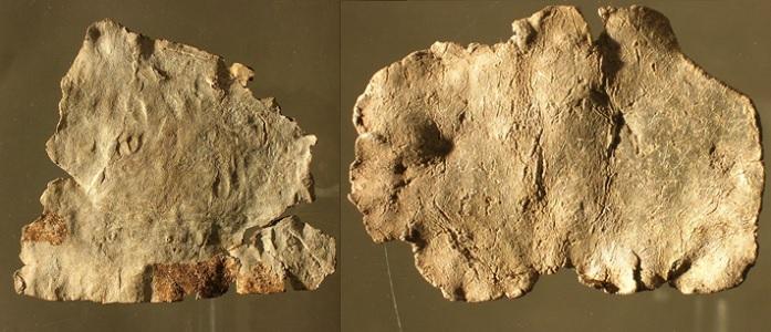 Ejemplo de las contra maldiciones romanas, inscrita por ambas caras, procedente de l'Hospitalet-du-Larzac (sur de Francia). En ella unas mujeres piden que se maldiga a otro grupo de mujeres hechiceras por haberles hecho una maldición