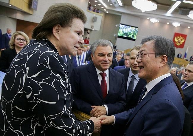 Valentina Tereshkova en 2018 en una reunión junto al presidente de Corea del Sur, Moon Jae-in