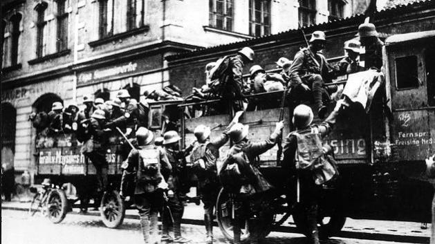Ankunft der SA-Truppen aus dem Umland vor dem Bürgerbräukeller in München