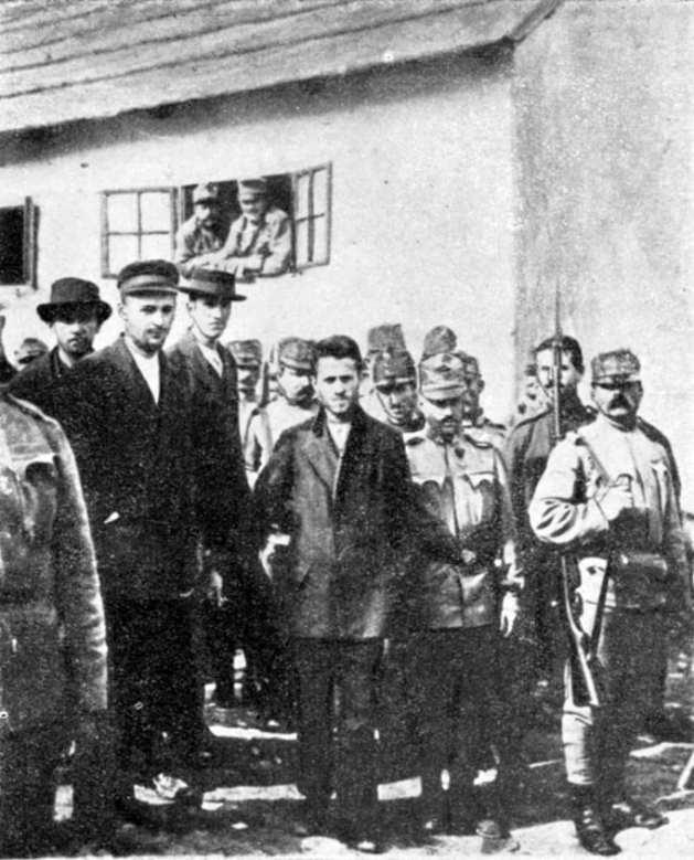 Gavrilo Princip auf dem Weg ins Gericht