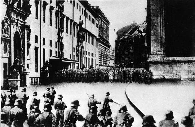 Eine Fotomontage des Hitlerputsches von Heinrich Hoffmann, dem Parteifotografen