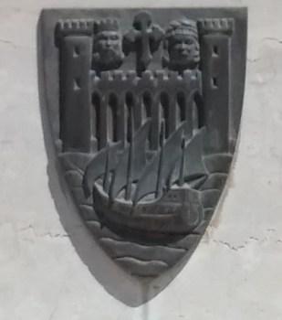 Escudo patente na base do memorial aos mortos da I Guerra. Já apresenta a versão moderna.
